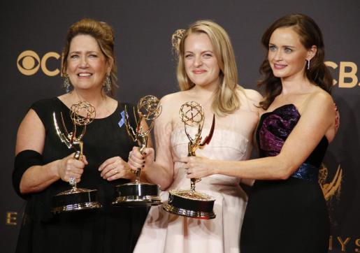 Ann Dowd, Elisabeth Moss y Alexis Bledel, con tres de los Emmy de 'The Handmaid's Tale'.