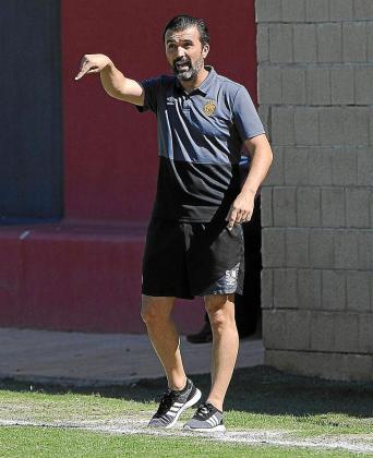 Santi Miralles, dirigiendo ayer al División de Honor ante Damm.