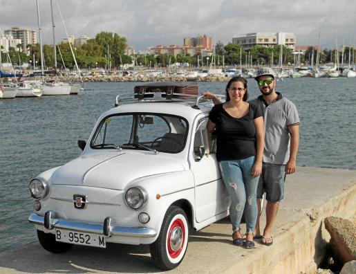 David Fernández, junto a su pareja, Mari Carmen Seguí, junto al vehículo en Portixol.