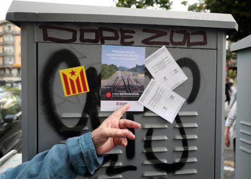 Varias pegatinas sobre el referéndum en Cataluña convocado por el Govern y bloqueado por el Constitucional.