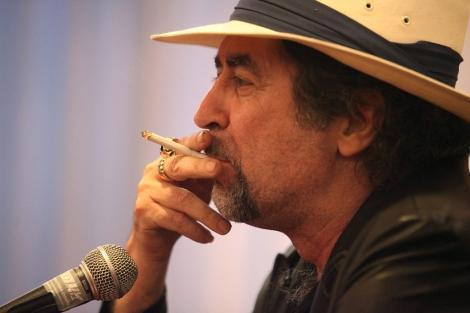 Joaquín Sabina, fumando.