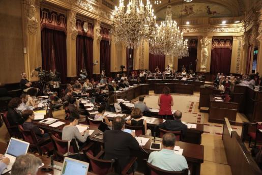 El último punto del orden del día en el Parlament trató una proposición no de ley en contra de la reprivatización del litoral de Baleares.