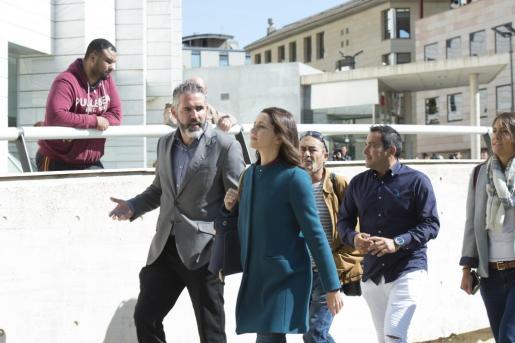 La líder de Ciutadans, Inés Arrimadas, acompañada del diputado Jorge Soler (i), ha acudido a Lleida para acompañar a la representante de Cs en esta ciudad, Ángeles Ribes, a presentar una denuncia ante Fiscalía por el cartel de Arran.