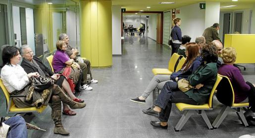 Pacientes esperando ser atendidos en una de las múltiples salas de espera de las que dispone el hospital Son Espases.
