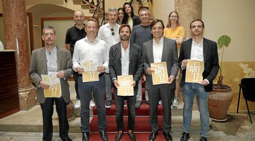 Algunos galeristas y representantes de las instituciones en la presentación de la Nit de l'Art en la Conselleria de Turisme.