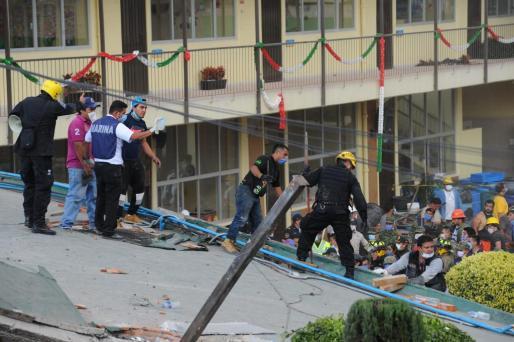 Voluntarios trabajan en las tareas de rescate en el Colegio Enrique Rebsamen, derrumbado por el seísmo.