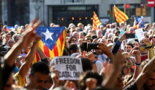Numerosos manifestantes a las puertas de una de las sedes del Govern catalán donde se han llevado a cabo registros en relación al referéndum independentista del 1-O.