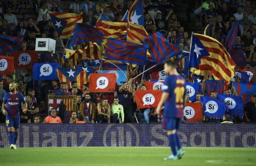 Aficionados del FC Barcelona muestran pancartas a favor del referéndum catalán durante el encuentro correspondiente a la quinta jornada de LaLiga Santander disputado en el estadio del Camp Nou frente al Eibar.