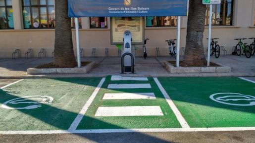 Punto de carga para coches eléctricos en Ciutadella.