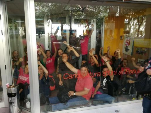 El periodistas y activista Tomeu Martí, que en la actualidad asesora a la CUP en Barcelona, es una de las personas que se encuentra en la sede central de esta formación que podría ser registrada por la Guardia Civil.