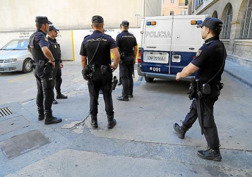 La Policía Nacional entregó este miércoles al detenido en el juzgado de guardia.