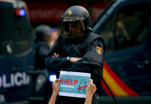 Un policía, durante las protestas en Barcelona.