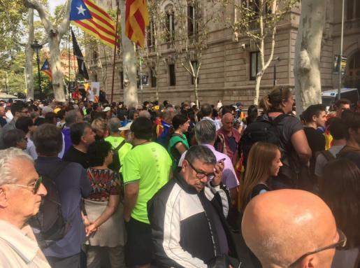 Cientos de ciudadanos se han concentrado desde antes del mediodía a las puertas del tribunal superior catalán.
