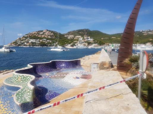 La playa Brismar del puerto de Andratx cerrada por un nuevo vertido.