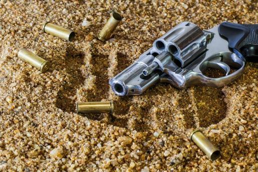 La niña accionó el gatillo del arma buscando un caramelo.