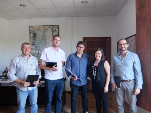 Mercedes Garrido y Tomeu Tugores con los alcaldes Sebastià Sagreras, Antonio Aguiló y Miquel Gelabert.