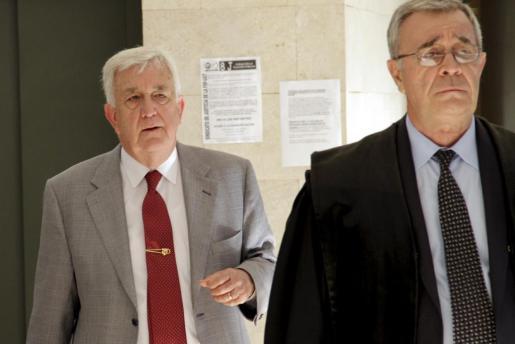 Gabriel Cañellas, a la izquierda, junto a Francesc Gilet, en una de sus comparecencias ante el juez por el caso Sant Elm.