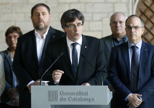 El presidente de la Generalitat, Carles Puigdemont (c), junto a los miembros de su gobierno.
