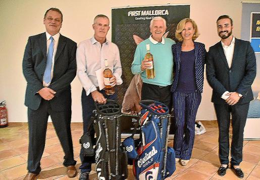 El editor del 'Majorca Daily Bulletin', Jason Moore, con los ganadores, Barry Sturley y Carlos Climent, con la directora general de First Mallorca, Heidi Stadler, y el director de Santa Ponça Golf, Luis Manuel Fernández Arenas.