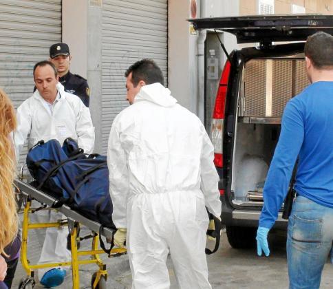 El Grupo de Homicidios y la Policía Científica trabajan sin cesar para esclarecer el asesinato.
