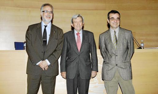 Carles Manera, Alejandro Forcades y Josep Ignasi Aguiló, anoche en el Colegio de Abogados.