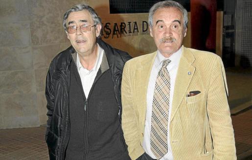 Llorenç Brondo (izquierda), con su abogado, Carlos Dubón, tras quedar en libertad.
