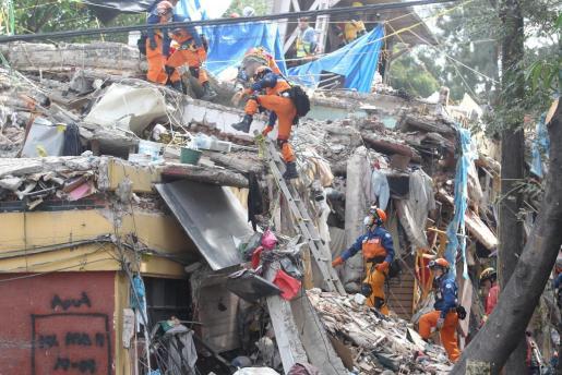 Brigadas de rescate japonesas se unen a las labores de búsqueda de desaparecidos.