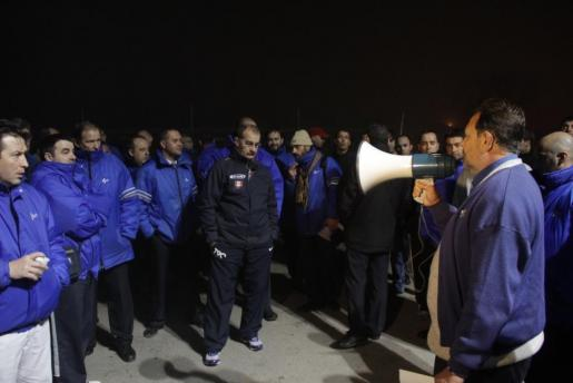 Los trabajadores escuchan atentamente las explicaciones del portavoz del comité de empresa.