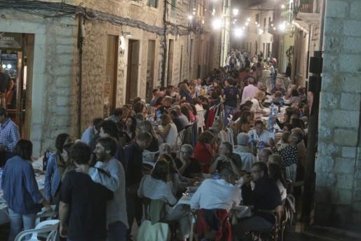 Prácticamente ante cada vivienda había una 'taulada' de gente cenando 'fideus'.