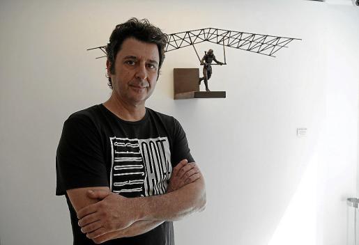 El artista Fernando Suárez, ayer, en su exposición en la Vanrell.