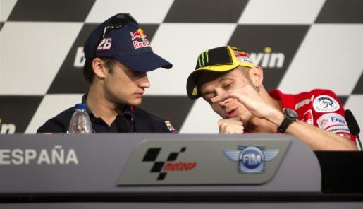 Dani Pedrosa (i) y Valentino Rossi, durante la rueda de prensa que han ofrecido esta tarde los pilotos de Moto GP en el circuito de Jerez (Cádiz), donde el próximo domingo se celebra el Gran Premio de España de Motociclismo