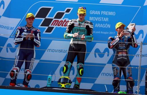 El español Joan Mir (c) (Leopard Racing) se proclama campeón del Gran Premio de Aragón de Moto3, seguido de los italianos Fabio Di Giaannantonio (i) (Del Conca Gresini Racing), segundo, y Enea Bastianini (Estrella Galicia 0,0), tercero.