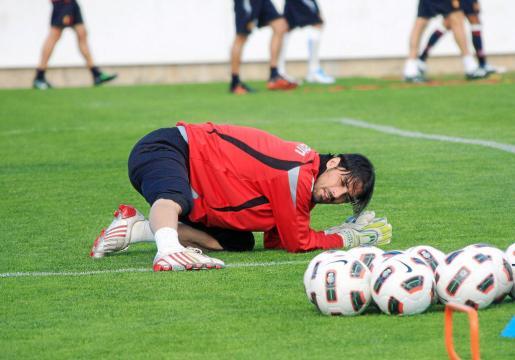El portero del Mallorca, Dudu Aouate, realiza estiramientos durante una sesión de trabajo del equipo en Son Bibiloni.