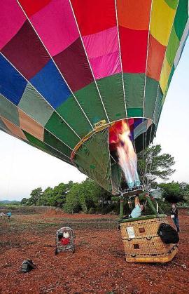 Poner el globo a punto para iniciar el despegue no es tarea fácil y requiere su tiempo.