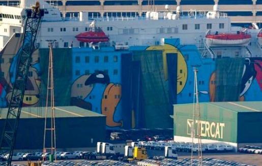 Interior ha puesto una lona para intentar tapar la decoración del barco tras las mofas en las redes sociales.