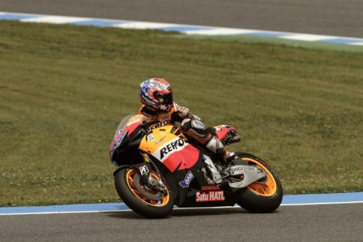 El piloto de Honda, el australiano Casey Stoner, mira hacia atrás durante la clasificación del Gran Premio de España.
