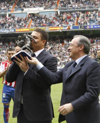 El ex jugador brasileño del Real Madrid Ronaldo Nazario (i), que finalizó su carrera deportiva el pasado 14 de febrero, acompañado por el presidente del Club, Florentino Pérez, durante el homenaje que ha recibido al inicio del partido.