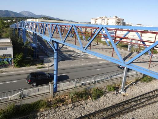 La víctima saltó desde este puente peatonal, en la carretera de Inca a Lloseta.