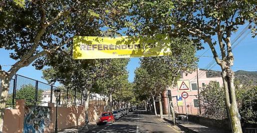 La pancarta independentista únicamente estuvo colgada unas cuantas horas, de la mañana a la tarde.