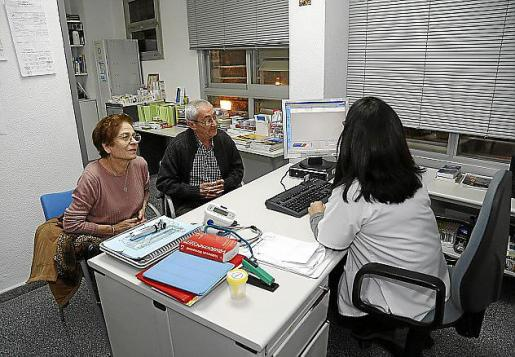 Una doctora atendiendo a su paciente en el centro de salud de Son Gotleu, la primera tarde en que se puso en marcha el horario vespertino.