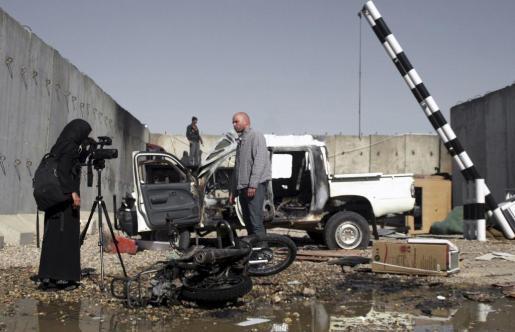 Una periodista afgana filma en las instalaciones de la ONU en la ciudad de Mazar-i-Sharif, donde el viernes murieron once personas.