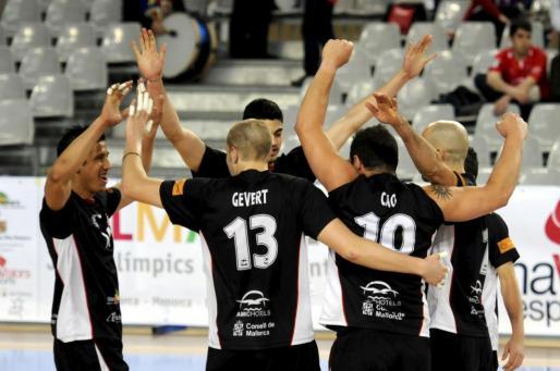 Los jugadores del Palma Volley celebran la victoria en el Palma Arena.