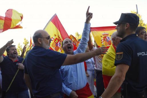 Concentración con banderas españolas frente a un acto de Unidos Podemos en Zaragoza.