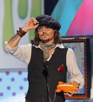El actor Johnny Depp recoge el galardón al Mejor Actor de Película en la edición 24 de Nickelodeon Kids' Choice Awards en Los Àngeles.