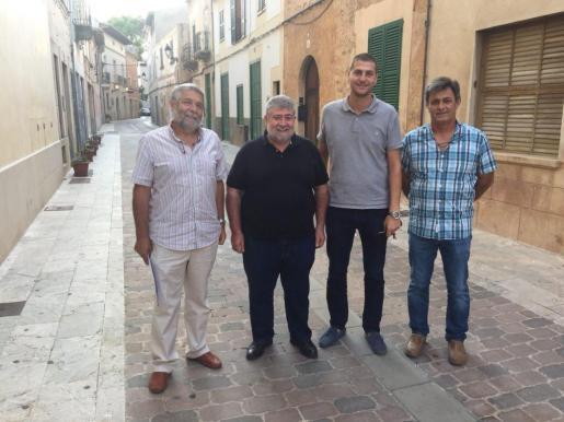 El conseller Joan Font durante la visita al municipio de Campos, junto al alcalde Sebastià Sagreras.