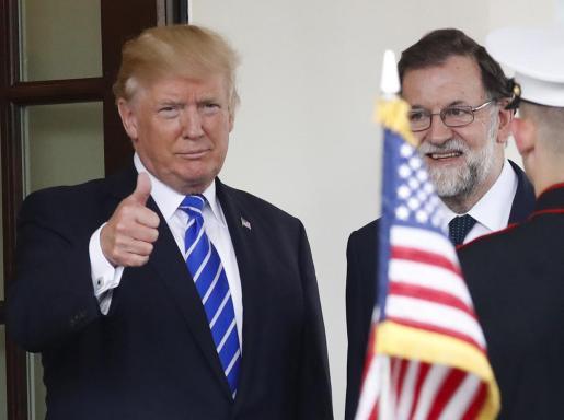 El presidente de Estados Unidos, Donald Trump (i), recibe al presidente del Gobierno, Mariano Rajoy, a su llegada a la Casa Blanca.