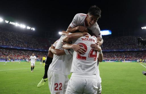 Wissam Ben Yedder celebra con sus compañeros su segundo gol.