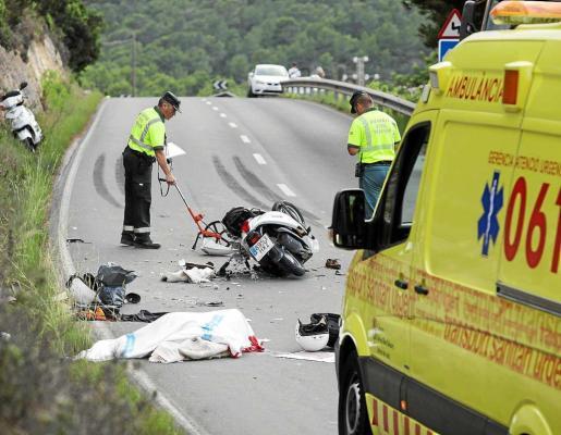 La colisión mortal se produjo a la salida de una curva y la moto quedó destrozada junto a las dos víctimas. El accidente se registró en la carretera que une Sant Josep con Cala Vedella