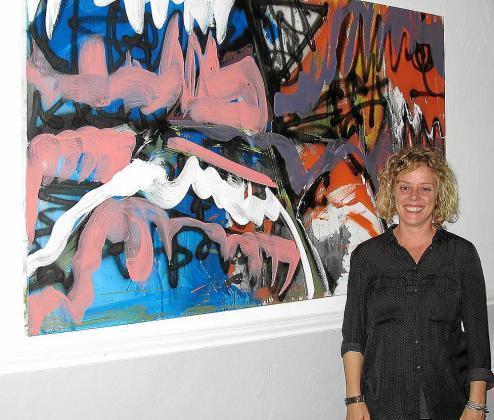 La artista Carol Otero con una de sus obras.
