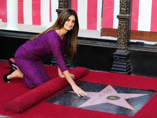 La actriz española Penélope Cruz toca su estrella del Paseo de la Fama de Hollywood.